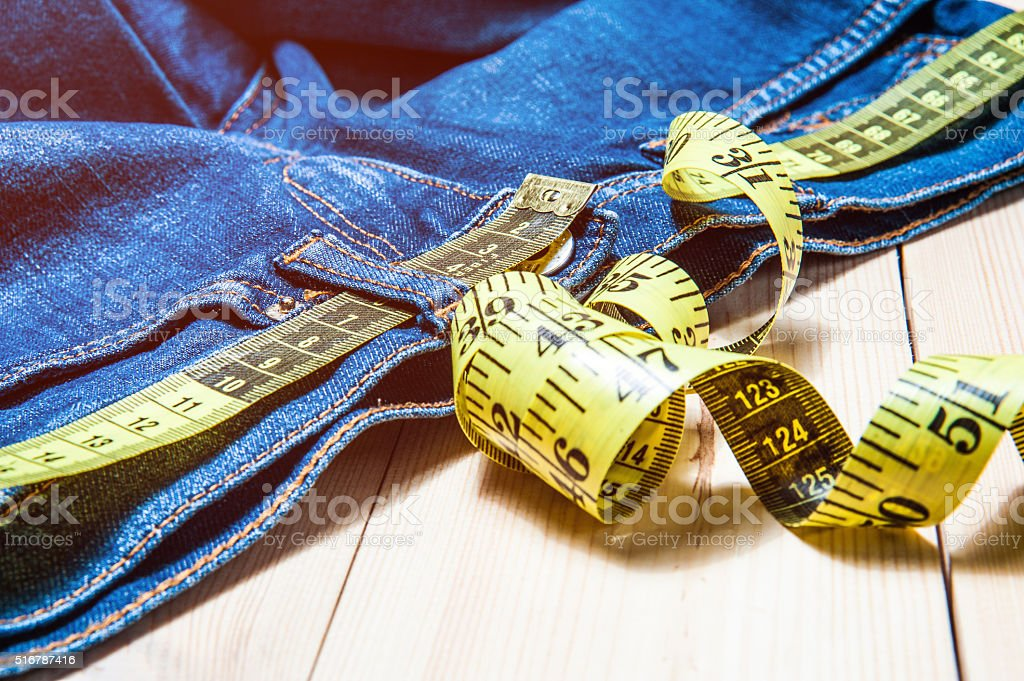 Jeans und ein hölzerner Hintergrund cm – Foto