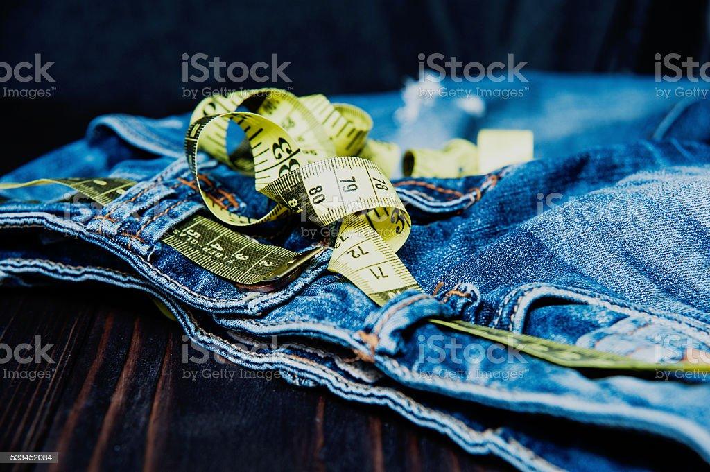 Vaqueros y medir sujeto para pérdida de peso - foto de stock