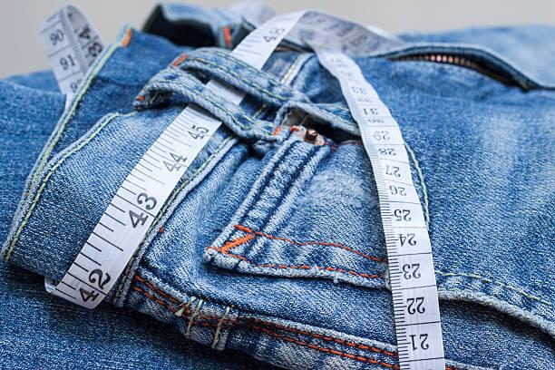 jeans und maßband - damen sporthose übergröße stock-fotos und bilder