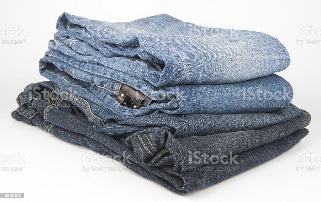 Jeans in stack auf weißem Hintergrund Lizenzfreies stock-foto