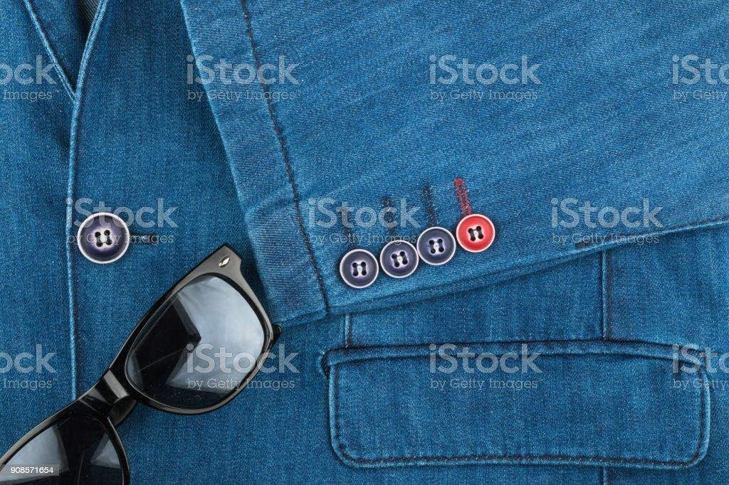 Jeans-Anzug und Sonnenbrille. Mode – Foto