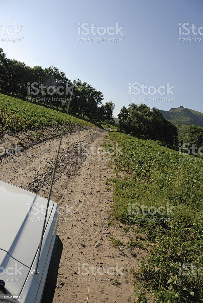 Jeep guida nella campagna foto stock royalty-free