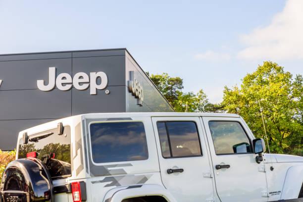 jeep logo zeichen stehen northampton gewerbegebiet - dokumentation stock-fotos und bilder