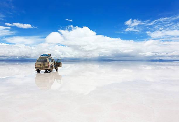 jeep on the uyuni salar in bolivia - 玻利維亞 個照片及圖片檔