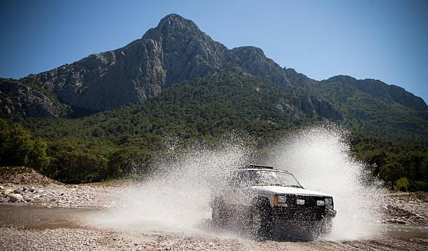 jeep, lancer des cours d'eau de passage - Photo