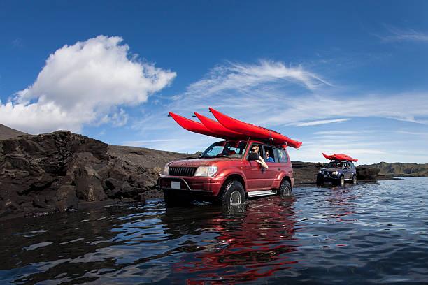 Jeep conduite par le biais de peu Lac - Photo