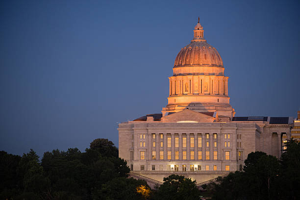 jefferson city missouri capital building downtown sunset architecture - missouri 뉴스 사진 이미지