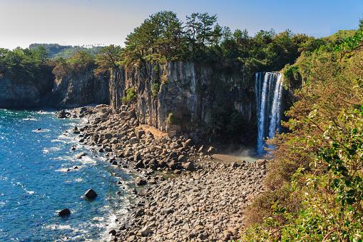 Jeongbang 滝も済州島south Korea - しぶきのストックフォトや画像を多数ご用意