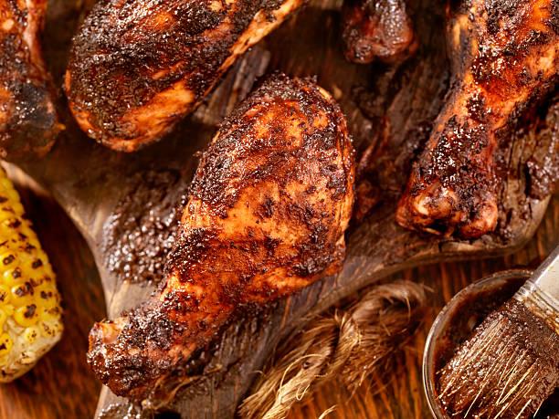 mariniertes und gegrilltes hühnchen mit mais - gewürz für gegrilltes hähnchen stock-fotos und bilder