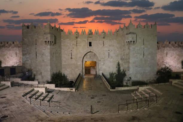 jerusalem alte stadt damaskus-tor luftbild sonnenuntergang - jerusalem stock-fotos und bilder