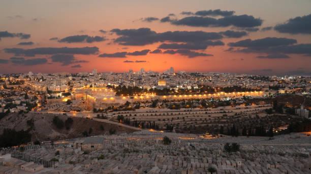 jerusalem alte stadt sonnenuntergang nacht luftbild - jerusalem stock-fotos und bilder