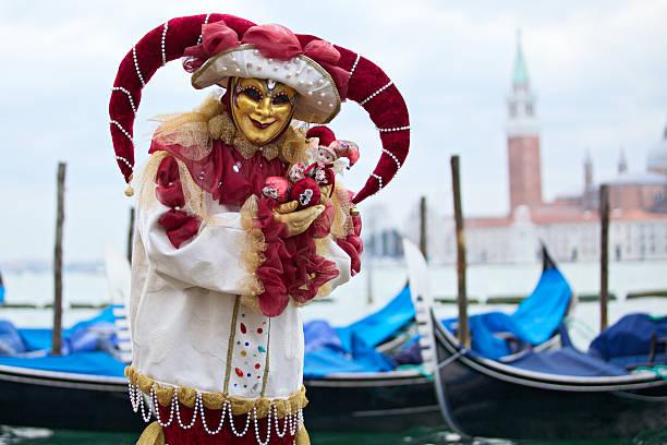 hofnarr maske karneval in venedig 2013 in st. mark's becken - rosa camo party stock-fotos und bilder