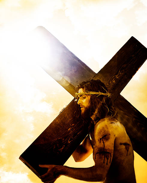 jésus portant la croix. - jesus croix photos et images de collection