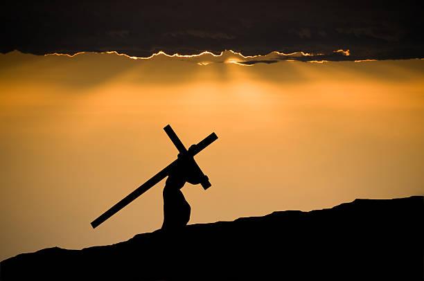 jésus portant la croix - jesus croix photos et images de collection