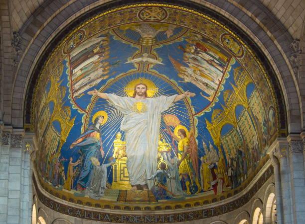 jesus christ figure on the wall of basilica of sacre coeur (sacred heart), paris, france - jesus and heart zdjęcia i obrazy z banku zdjęć
