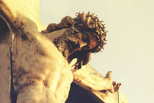 Jesús Cristo en una corona de espinas, Crucifixión. El concepto de fe en Dios - foto de stock