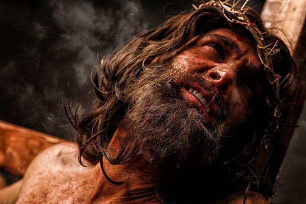 jésus christ sur la croix dans la douleur - jesus croix photos et images de collection