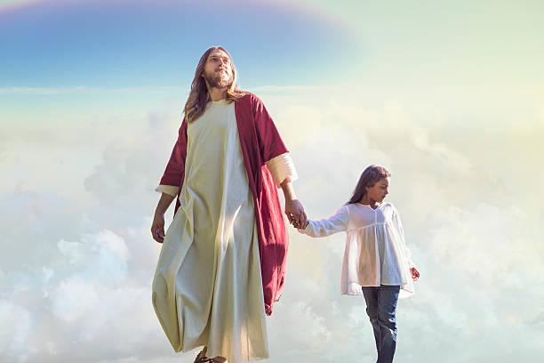 Jésus Christ marchant avec un enfant dans les nuages - Photo