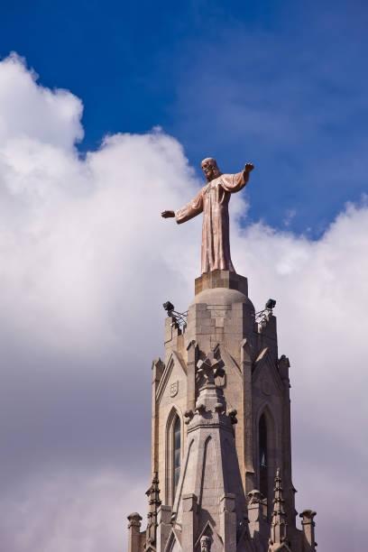 jesus christus statue (by josep miret) at expiatory church of sacred heart of jesus  on summit of mount tibidabo in barcelona - jesus and heart zdjęcia i obrazy z banku zdjęć