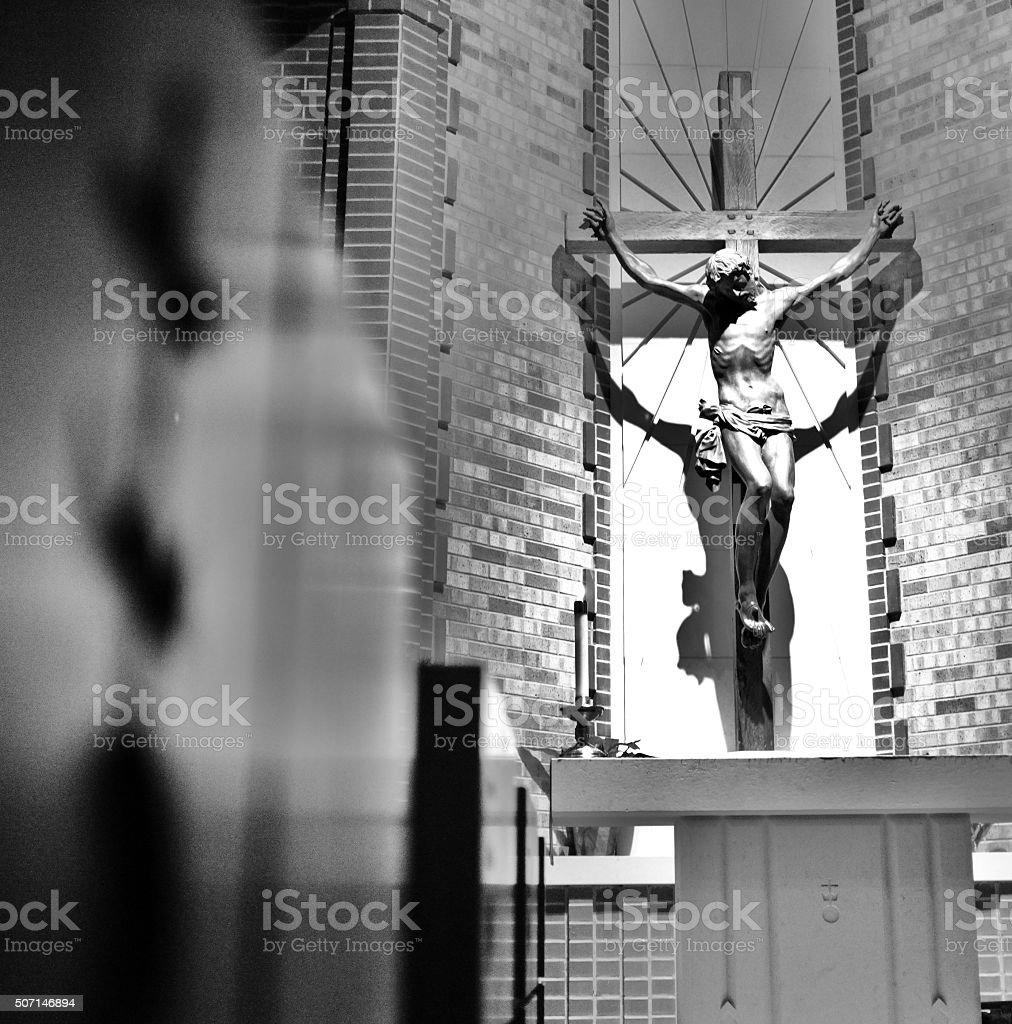 Jesus crucificado pendurada na Santa Cruz de madeira de Salvação - foto de acervo