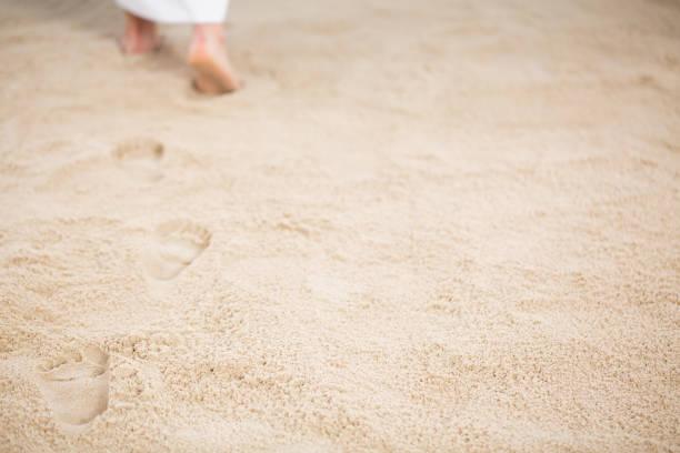Jésus laissant des empreintes dans le sable - Photo