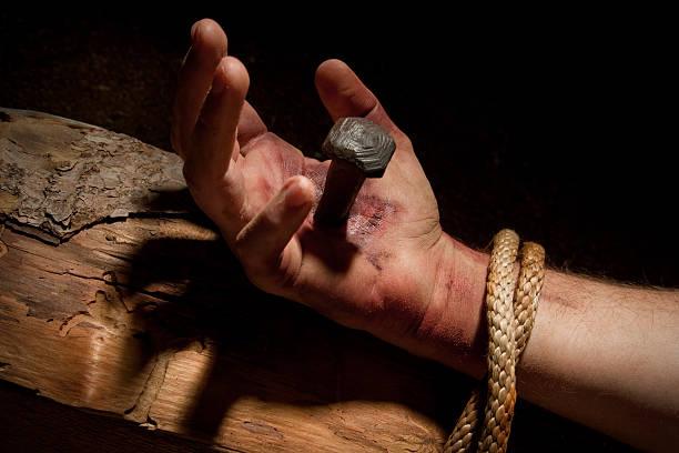jesus ongles-piercing main - jesus croix photos et images de collection