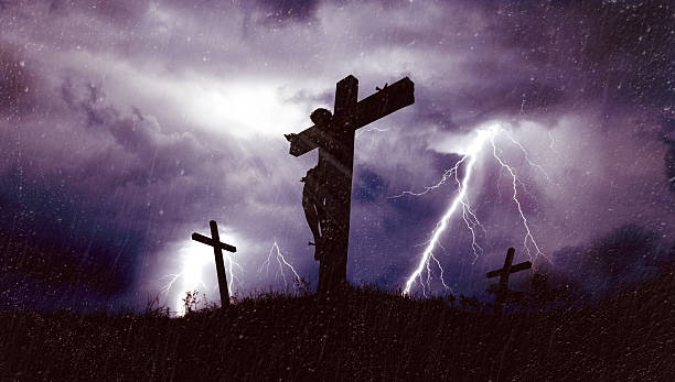 jesus am kreuz - zorn tod und regen stock-fotos und bilder