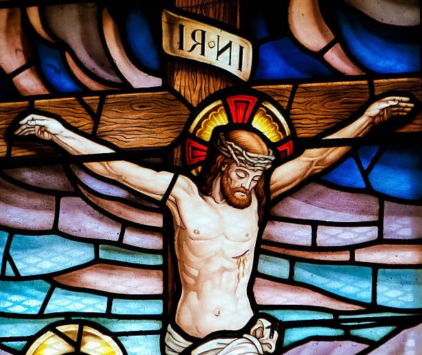 jésus sur la croix vitrail - jesus croix photos et images de collection