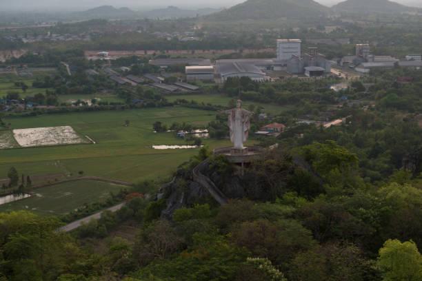 jesus statue on mountain - jesus and heart zdjęcia i obrazy z banku zdjęć
