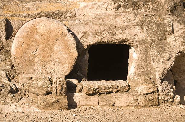 jesus tomb in holy land - graftombe stockfoto's en -beelden
