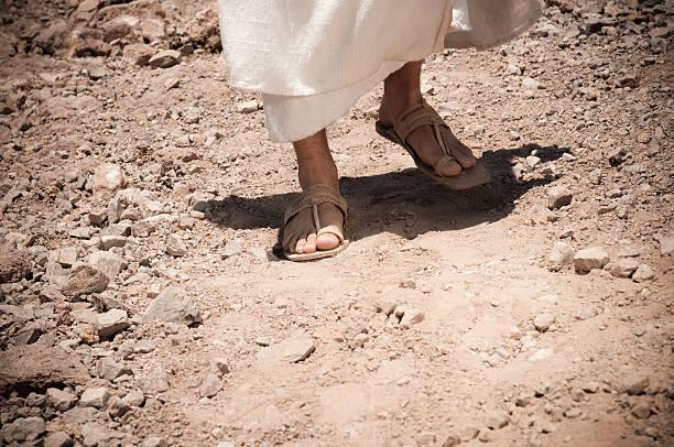 예수스 걷기 - 샌들 뉴스 사진 이미지