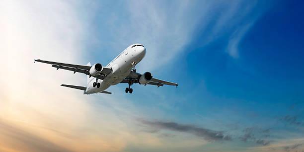 xxl odrzutowy samolot pasażerski lądowania na zmierzch - lądować zdjęcia i obrazy z banku zdjęć