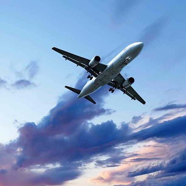 jet Passagierflugzeug Landung bei Sonnenuntergang – Foto