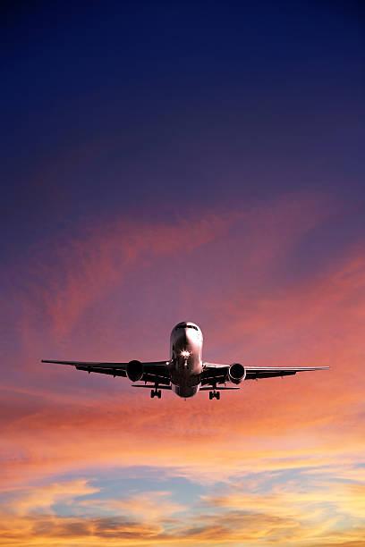 XL jet-Flugzeug Landung bei Sonnenuntergang – Foto