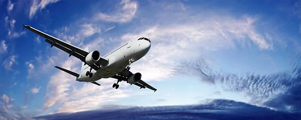 XL jet Passagierflugzeug Landung in der Dämmerung – Foto