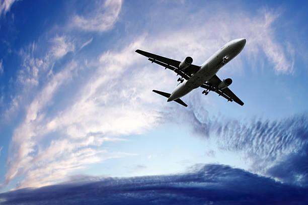 jet Passagierflugzeug Landung in der Dämmerung – Foto