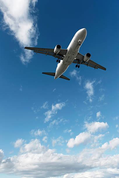 jet Avión aterrizando en el cielo brillante - foto de stock
