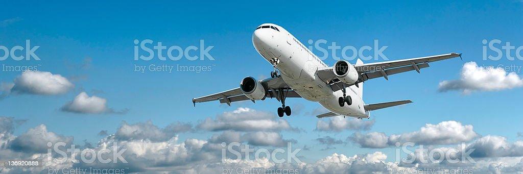 XL jet Passagierflugzeug Landung in bright sky – Foto