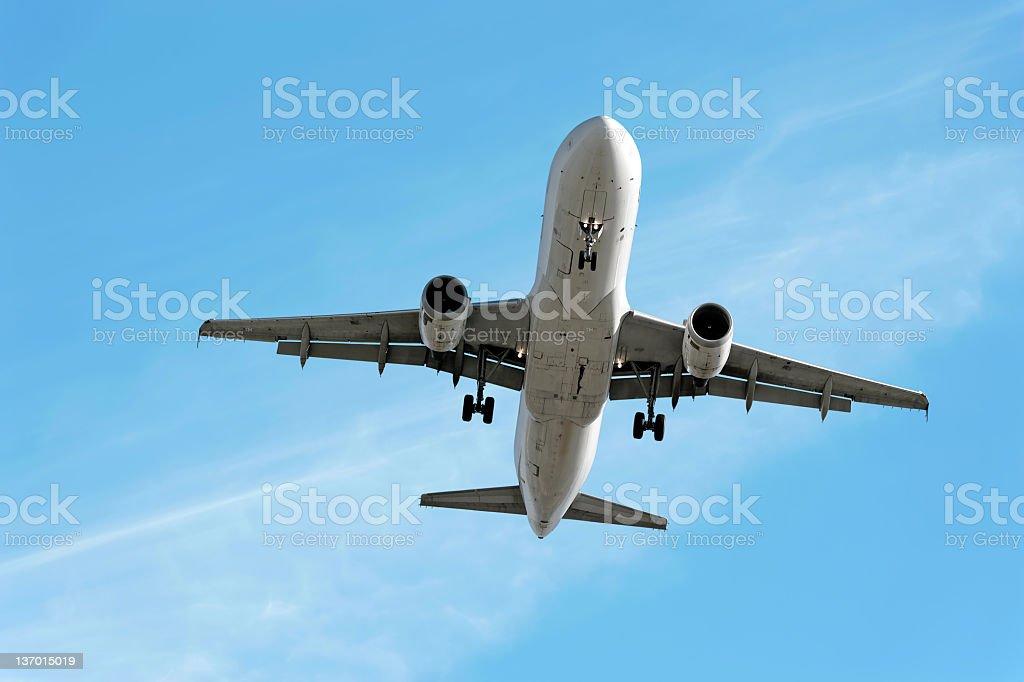 XXL-jet Passagierflugzeug Landung in bright sky – Foto