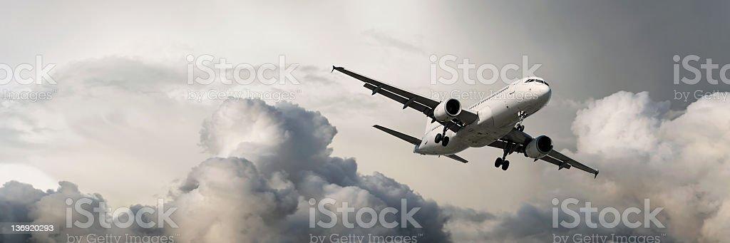 XXXL jet Passagierflugzeug Landung im Sturm – Foto