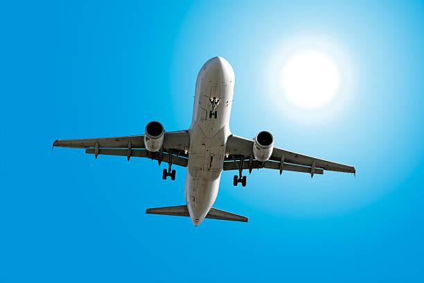XXL-jet Passagierflugzeug Landung im sonnigen Himmel – Foto