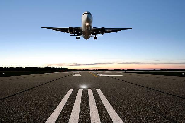 xxl jet avión aterrizando - aterrizar fotografías e imágenes de stock