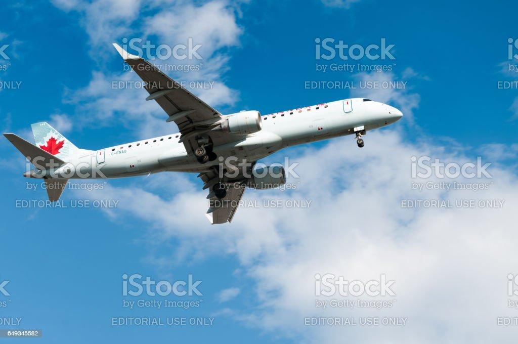 Avion Jet vue de dessous avec un ciel bleu - Photo