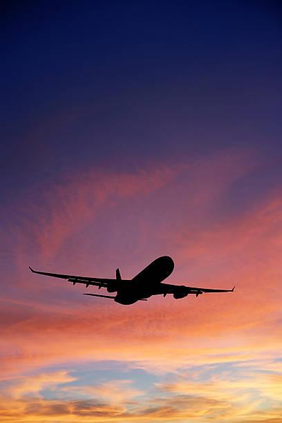 XXXL jet-Flugzeug abheben bei Sonnenuntergang – Foto