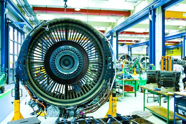 silnik odrzutowy w utrzymaniem hangaru. pełne przeglądu odrzutowych turbiny - silnik odrzutowy zdjęcia i obrazy z banku zdjęć