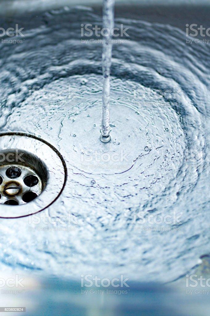 Ein Wasserstrahl Ergießt Sich In Die Küchenspüle Blau Getönten Bild ...