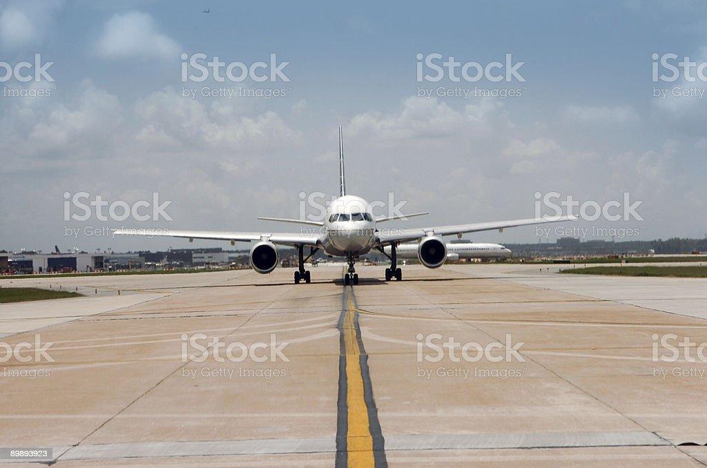 jet sobre la pista de aterrizaje foto de stock libre de derechos