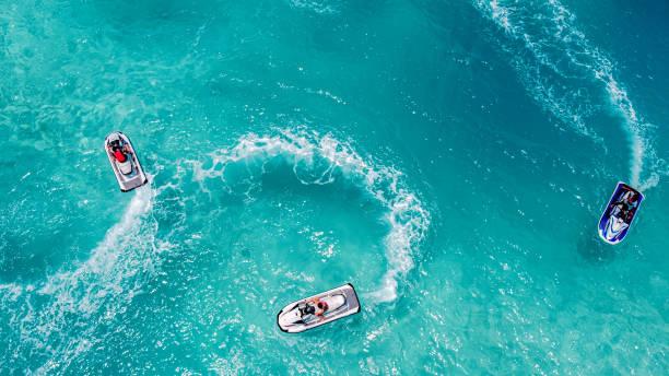 jet ski, vista aérea do oceano tropical - esporte aquático - fotografias e filmes do acervo