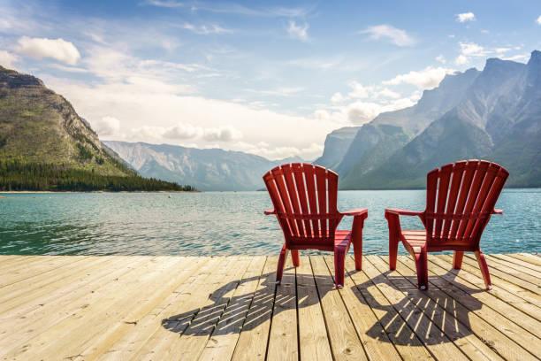 Steg mit Stühlen von Minnewanka Lake, Alberta, Kanada – Foto