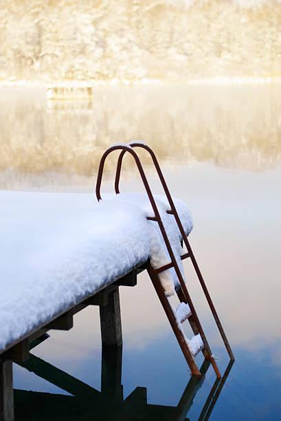Embarcadero con escala en la nieve - foto de stock
